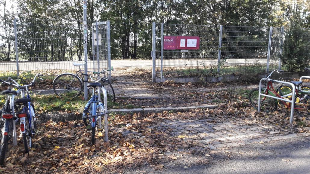 Zugang Oderstraße zum Tempelhofer Feld mit Barrieren, 2020